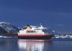 MS Norgdnorge vor den Fjorden Norwegens